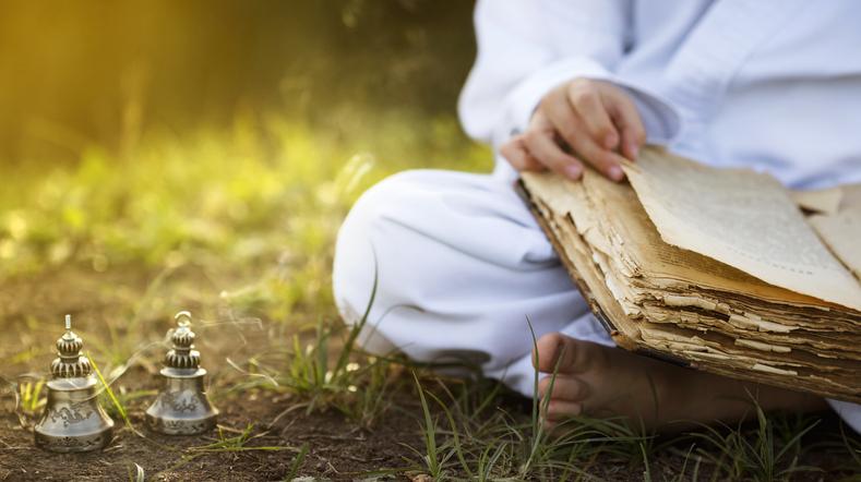 Buddhismo indiano Monaco buddista seduto